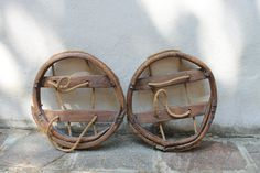 Antique pair of primitive snowshoes, made in France, made of wood, twine and tripe, perfect for you vintage decorations, winter, snow shoes di AnticoborgodiArola su Etsy