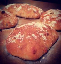 Toiset tykkää muhkummasta. Mitäpä sitä mies muutakaan tähän aikaan yöstä tekisi kuin sämpylöitä! :-D  #sämpylä #leipä #yöpala #omnom
