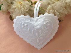 Ambiance déco et parfumée/ Ravissant coussinet en coton blanc brodé mainen forme de coeur brodé main avec lavandin