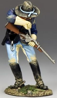 Custer's Last Stand TRW033 Trooper Clearing a Blockage - Made by King and Country Military Miniatures and Models. Factory made, hand assembled, painted and boxed in a padded decorative box. Excellent gift for the enthusiast.