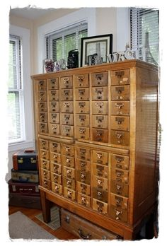 I so badly want a vintage library card catalog cabinet in my living room cool-products Upcycled Furniture, Antique Furniture, Vintage Library, Vintage Books, Library Cabinet, Craft Storage, Tea Storage, Craft Shed, My Art Studio
