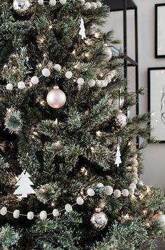 Minimal Scandinavian Christmas Tree Simple decorations for a modern minimal Christmas tree. Decoration Christmas, Christmas Tree Themes, Xmas Tree, Christmas Crafts, Holiday Decor, Tree Tree, Christmas Nails, Christmas Christmas, Christmas Tree Tumblr