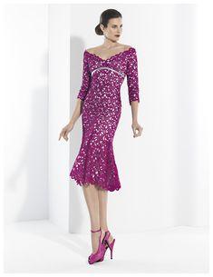 Vestidos de fiesta corto en crepe plata y guipur púrpura con escote barco.