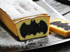 Lemon vanilla loaf Surprise Batman Cake is perfect for playdates, fun, playful, soft and flavorful, kids and parents will enjoy it equally.(Baking Treats For Kids) Cupcake Recipes, Cupcake Cakes, Dessert Recipes, Cupcakes, Plat Halloween, Gateau Harry Potter, Cumple Toy Story, Surprise Cake, Novelty Birthday Cakes