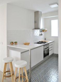 Cocina con barra y taburetes