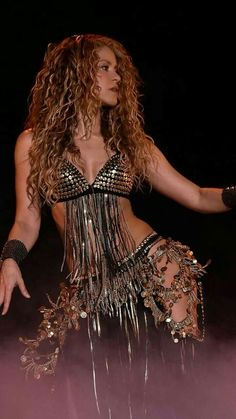 Shakira Kicks Off The North American Leg Of Her El Dorado World Tour at United Center on August 2018 in Chicago, Illinois. Get premium, high resolution news photos at Getty Images Full House, Shakira Belly Dance, Shakira Mebarak, Divas, Female Singers, Dance Outfits, Beautiful Celebrities, Hollywood Actresses, Celebrity Photos