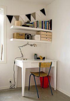 I et hjørne har det blitt gjort plass til et skrivebord med leselys, og hyller for bøker og annet smånips. Dette hjørnet kan brukes til arbeidsbord, hobbybord eller til lekselesing for barna.