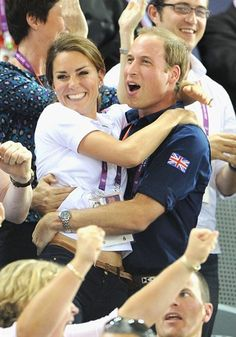 Duchess Kate & Prince William Celebrate Great Britain's Cycling Win at the Olympics! Duchess Kate and Prince William hug each other in celebration of Great Britain's win in the Men's Team Sprint Track Cycling final on Day 6 of the 2012 Summer Olympics… William Kate, Kate Middleton Prince William, Prince William And Catherine, Estilo Kate Middleton, Kate Middleton Photos, Pippa Middleton, Princesa Diana, Lady Diana, Duke And Duchess