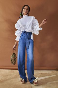 Silvia Tcherassi Resort Collection Wide leg jeans with high waist are definitely one of the fashion trends for summer Would you wear these cool pants? Men's Casual Fashion Tips, Fashion Advice, Fashion Outfits, Womens Fashion, Fashion Trends 2018, Fashion News, Look Street Style, Facon, Mode Style