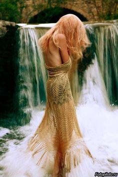 Девушка у водопада обнаженные плечи
