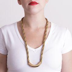 Colar longo com corda importada metalizada e metal dourado