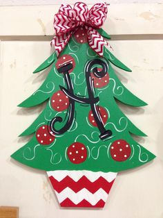 67 How to Make a Chevron Pallet Ornament Christmas Tree Christmas Tree Painting, Wooden Christmas Trees, Christmas Door Decorations, Christmas Signs, Christmas Tree Ornaments, Christmas Diy, Christmas Wreaths, Christmas Door Hangers, Fall Door Hangers