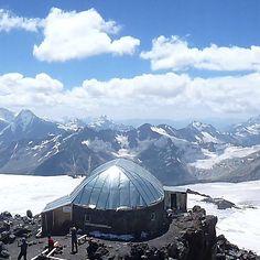 Ein fantastischer Rundblick auf den hoechsten Berg Europas...!! A fantastic panoramic view of the highest mountain in Europe!! #bergsports #elbrus #kamtschatka #kaukasus #altai #эльбрус #perfect #WorldTravelPics #sun #dream #skiing #fun #snow #powder #beautiful #natursports #nature #schnee #goodlife #gesund #durchatmen #berge #tourenski #mountaineering #mountains #hiking #skibergsteigen