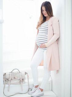 Raitapaita, valkoiset housut ja vaaleanpunainen neuletakki on raikas yhdistelmä kesään, olit sitten raskaana tai et! #pregnancyclothes,