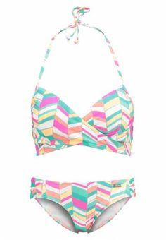 Bikinis Online Imagina que estás en bikini en una playa saliendo del agua y en frente tienes a toda una serie de espectadores tumbados en la arena tomando e
