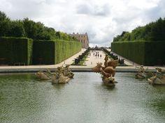 De tuin is aangelegd met een geometrisch patroon van paden, struiken, bloemperken en bomen. Andre Le Nôtre draineerde ook het moerassige, afhellende terrein en liet een reeks bassins en een kanaal aanleggen, dat gekend staat als het Grand Canal.