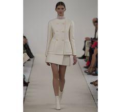 Le défilé haute couture 945 Sala Bianca de Valentino http://www.vogue.fr/mariage/tendances/diaporama/le-defile-haute-couture-945-sala-bianca-de-valentino-a-new-york-mariage-robes-de-mariee/21593/image/1122657#!24