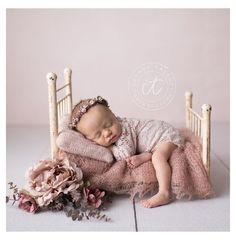 Newborn Baby Photos, Baby Girl Photos, Newborn Poses, Cute Baby Pictures, Baby Girl Newborn, Newborn Bed, Newborn Girl Pictures, Newborn Shoot, Newborn Photo Props