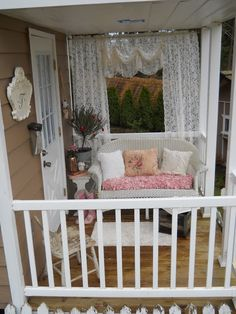 Shabby Chic Tiny Retreat: Hosting a party in a tiny house Small Tiny House, Tiny House Living, Tiny House On Wheels, Tiny Spaces, Small Rooms, Shabby Chic Homes, Shabby Chic Decor, Shabby Chic Porch, Cozy Cottage