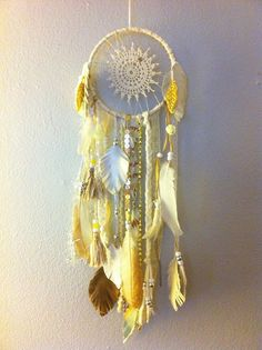 How to Make a Dream-catcher Tutorial & Beautiful DIY Dream-catcher Inspiration Pack for Beginners homesthetics decor Dreamcatchers, Mundo Hippie, Diy Dream Catcher Tutorial, Native American Crafts, Medicine Wheel, Arts And Crafts, Diy Crafts, Beautiful Dream, Mellow Yellow