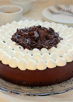 עוגיו.נט: עוגת שוקולד מהירה עם ענני קצפת ושוקולד מגורר