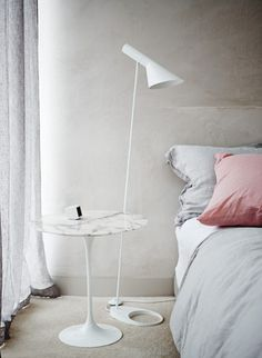 Eero Saarinen Tulip side table with marble top and Arne Jacobsen´s AJ floor lamp Photograph by Lisa Cohen.