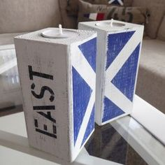 New England ljuslyktor i 2-pack med 2 valfria signalflaggor och egna texter. New England Style, Candle Lanterns, Magazine Rack, Nautical, Pillows, Storage, Artwork, Diy, Inspiration