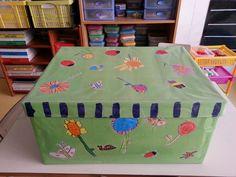 Caixa decorada amb dibuixos dels nens.  Escola Vedruna-Àngels (Barcelona)