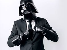 """O que faz o Darth Vader em seu cotidiano? Essa é a pergunta que o fotógrafo polonês, Paweł Kadysz, tenta responder com a sua série """"The Daily Life of Darth Vader"""". Todos os dias ele publica uma nova foto com o vilão da saga de ficção cie..."""