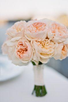 Schlicht und edel: ein Brautbouquet aus pfirsichfarbenen Blumen.