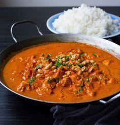 """Kycklinggryta med """"indiska smaker"""" som är enkel att laga. Om man utesluter chilin är den även en stor favorit hos barnen. Toppa grytan med jordnötter, servera med ris och njut av smakerna! 4-6 portioner 3 st kycklingfiléer 1 gul lök 2 st vitlöksklyftor 1 msk färsk riven ingefära 1 burk kokosmjölk 1 burk krossad tomat 2 msk tomatpuré 2 tsk gul currypulver 1 tsk garam masala 1 st kycklingbuljongtärning (kan uteslutas eller ersättas med 1 msk soja) Ca 1-2 tsk chilipulver eller färsk c..."""