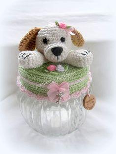 Afbeeldingsresultaat voor potes decorados com croche amigurumi Easter Crochet, Crochet Girls, Diy Crochet, Crochet Baby, Crochet Stitches, Crochet Patterns, Crochet Jar Covers, Jar Art, Clay Baby