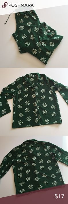 """Gap Green Print Fleece Pajamas Excellent condition. Soft, medium weight. Green with white snowflakes. 100% polyester. Top has 4 buttons. 22"""" from armpit to armpit. 25.5"""" long. Bottoms have elastic draw string waist. Waist 28"""". Inseam 28.5"""". Not from a smoke-free house. GAP Intimates & Sleepwear Pajamas"""