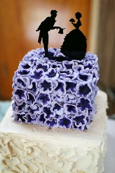Beautiful Cake Pictures: Bride And Groom On Little Purple Flowered Cake - Flower Cake, Purple Cakes, Wedding Cakes - Beautiful Cake Pictures, Beautiful Cakes, Amazing Cakes, Custom Cake Toppers, Wedding Cake Toppers, Fancy Cakes, Cute Cakes, Violet Wedding Cakes, Wedding Pastel