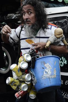 ÁLVARO SARMIENTO | Cartel Urbano : El señor se dedica a mamarle gallo a la vida, para que la vida no le mame gallo a él.