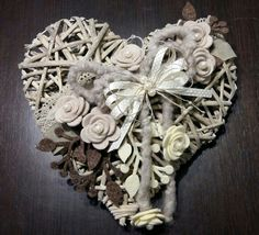 Fuoriporta shabby Wreath Crafts, Burlap Wreath, Hobbies And Crafts, Diy And Crafts, Serger Sewing, Shabby, Shaby Chic, Wicker Hearts, Heart Wall