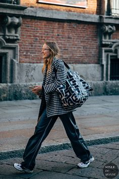 - Milan Street Style Is the Most Fun You'll Have at Fashion Week Street Looks, Look Street Style, Spring Street Style, Street Style Women, Fashion Week Paris, Milan Fashion Weeks, Winter Fashion, London Fashion, Street Chic