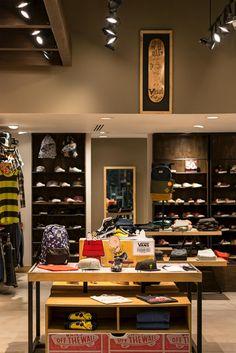 Tienda de VANS en la ciudad de bogotá - Centro comercial CentroMayor - KdF Arquitectura - Retail - mueble en madera - local comercial Shop Interior Design, Retail Design, Vans Store, Retail Shop, Visual Merchandising, Liquor Cabinet, Storage, House, Skate