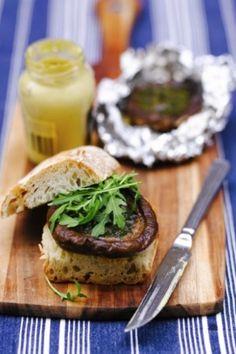 Λαχταριστό ζεστό sandwich με μανιτάρια αρωματισμένα με σκόρδο και μουστάρδα