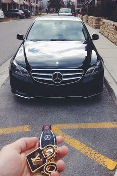 Paula y Luis escapan en un Mercedes. El Mercedes es de Paula.