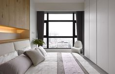 Best Space-Savvy Small Apartment Bedrooms Offer a Comforting Escape Minimal Apartment, Urban Apartment, Small Apartment Bedrooms, Tiny Apartments, Contemporary Bedroom, Modern Bedroom, Small Appartment, Tiny Loft, All White Bedroom