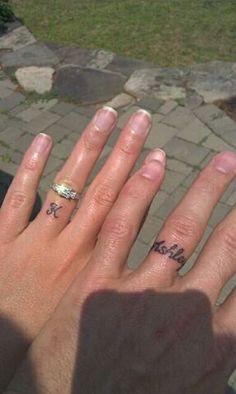 tatuajes de nombres en los dedos bonitos