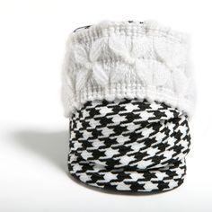 RAÍZ - Pulsera confeccionada a mano en lana con estampado de pata de gallo blanco y negro y detalle en lana blanca