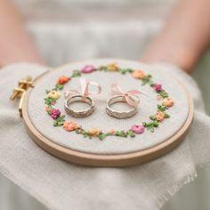 Stickrahmen als Ringkissen, romantisches Ringkissen mit Blumenstickerei, Hochzeit, rustikal, Alternativen zum klassischen Ringkissen