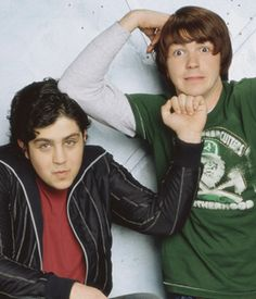 Drake is like Elwood and josh is like jake from the blues brothers it's how they act some times Josh Nichols, Drake And Josh Megan, Drake Parker, Dan Schneider, Josh Peck, Drake Bell, Nickelodeon Shows, The Blues Brothers, Teen Tv