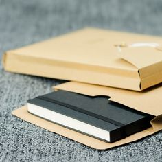 Set de 3 enveloppes à oeillet kraft au format A5. Imaginé pour les amoureux du papier, ces enveloppes à soufflet de qualité avec fermeture à la japonaise vous aideront à ranger, classer vos lettres, photographies et souvenirs favoris. Originales, elles pourront servir à envoyer et emballer vos cadeaux avec élégance.