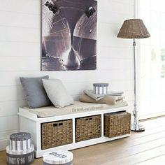 Sitzbank mit Stauraum rattan und stehlampe