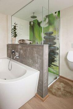 Individuelles Badezimmer mit fugenloser Motivplatte in der Dusche, einer Zwischenwand mit Betonoberfläche und stylishem Holzboden in Eiche.