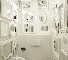 deco wc avec accumulation miroirs peints en blanc sur murs et plafond