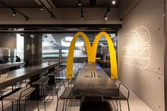 New McDonalds Restaurant Interior Design Is Part of a Smart Rebranding Strategy Showroom Interior Design, Retail Interior, Best Interior Design, Interior Ideas, Mcdonalds Restaurant, Fast Food Restaurant, Restaurant Design, Modern Restaurant, Fast Food Design